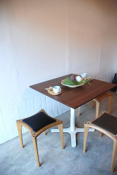 カフェテーブル ウォールナットと白い脚 c3019