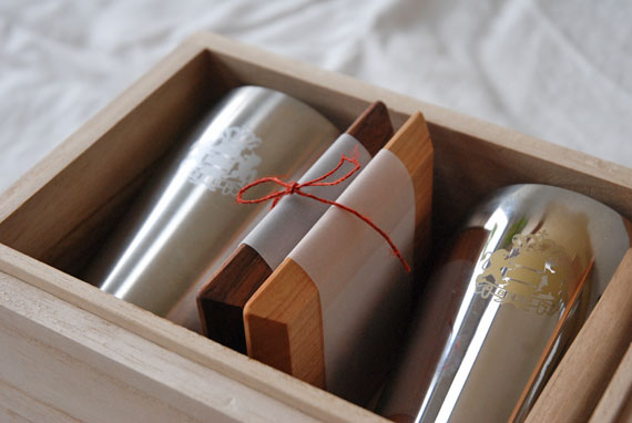 ビアゴブレットペアと木のコースターセット桐箱つき 結婚式引出物に 8022