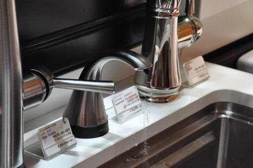 DELTA/デルタ キッチン水栓 ソープディスペンサー 洗剤が出る様子