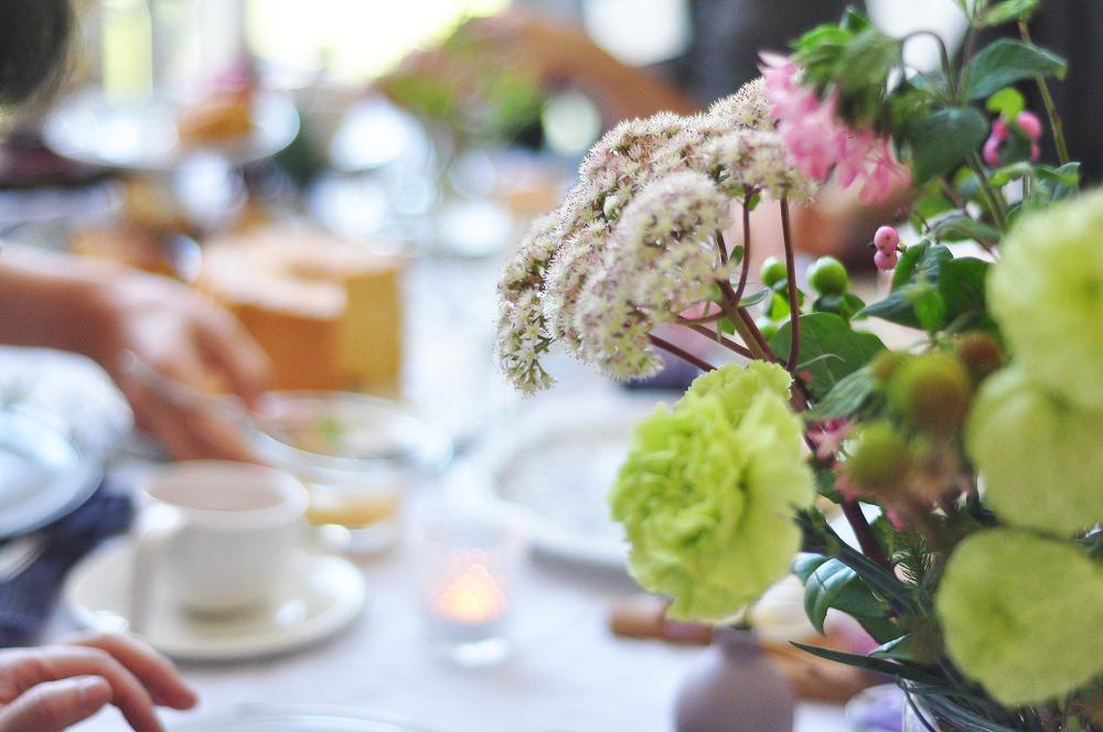 秋色のテーブルコーデとフラワーアレンジメント