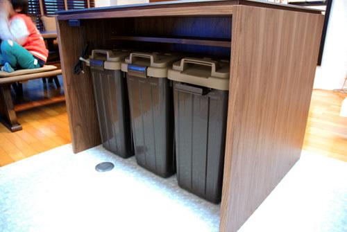 キッチンのアイランドカウンターにゴミ箱置き場