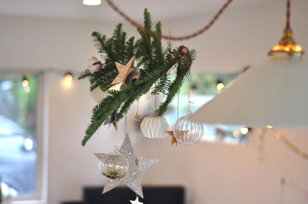 モミの枝にガラスボールと星を吊るしてクリスマス