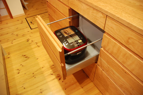 キッチンボードと吊戸棚をチェリー材で 炊飯器収納とゴミ箱収納 682イメージ-3