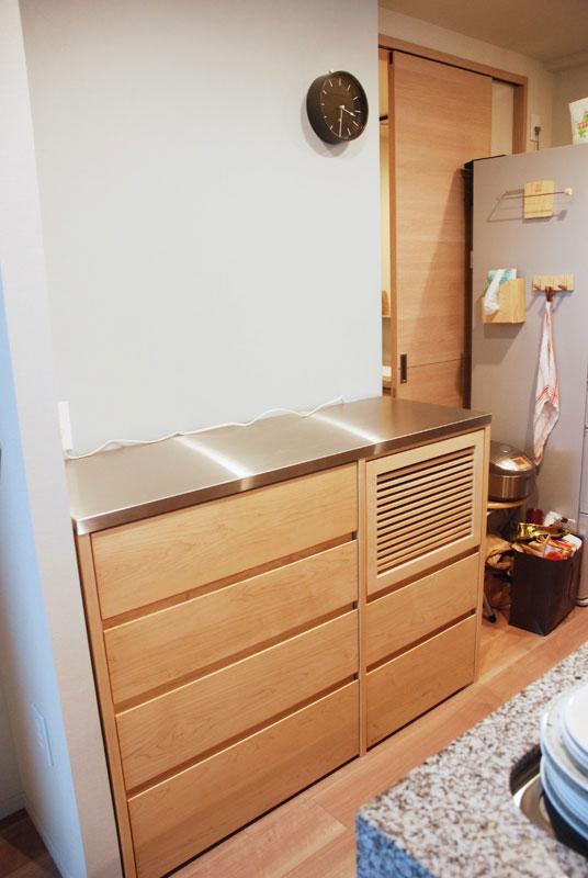炊飯器も隠せるメープルのマンションキッチン食器棚 761イメージ-1