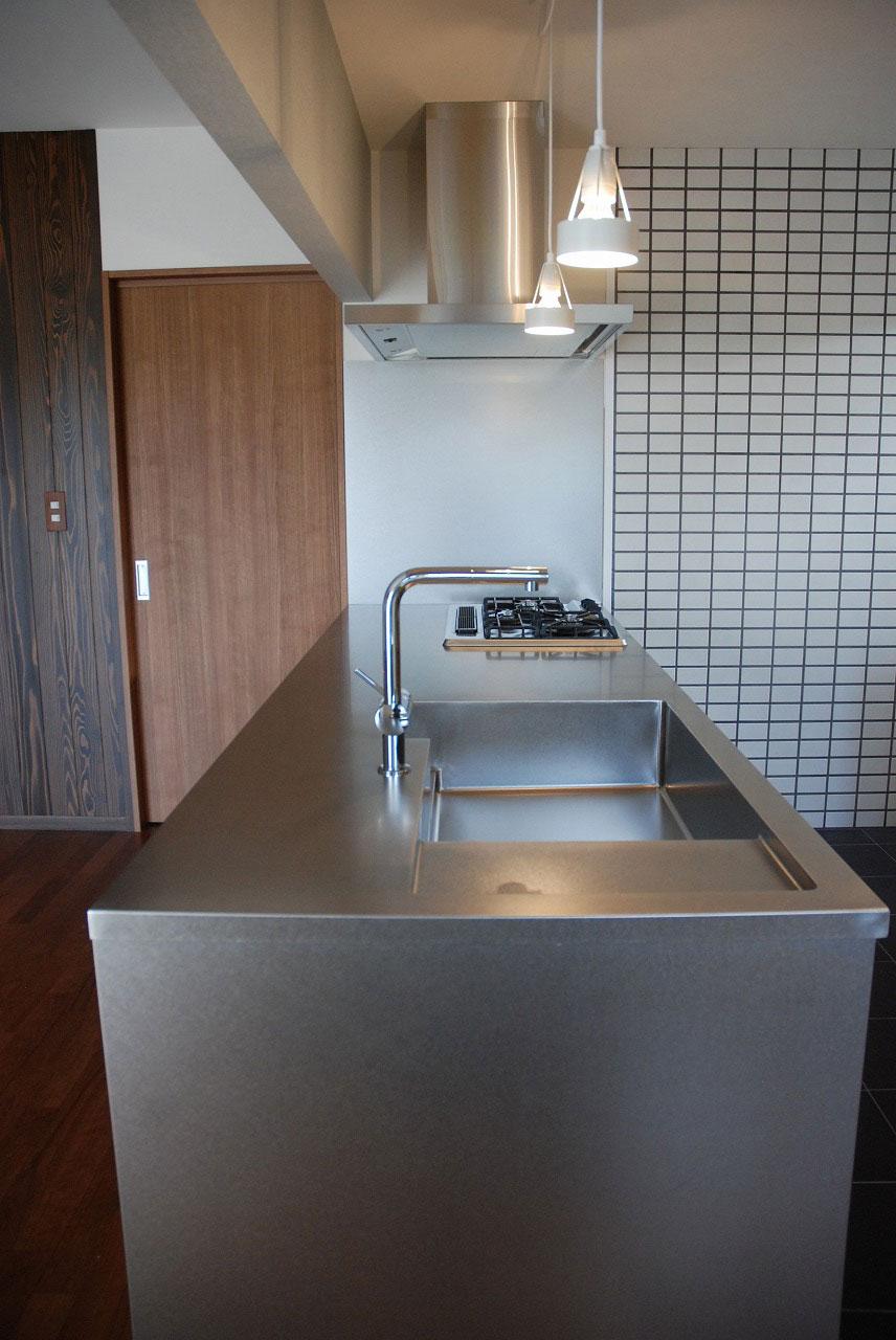 ステンレスオーダーキッチン リビング側カウンター下収納をブラックチェリーで 686イメージ-2