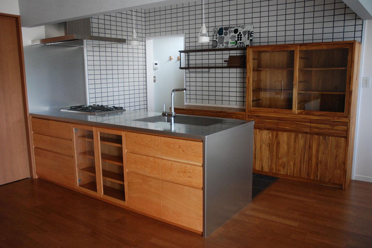 ステンレスオーダーキッチン リビング側カウンター下収納をブラックチェリーで 686イメージ-1