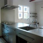 段付きシンクの対面キッチン バイブレーションサンダー仕上のステンレス 654