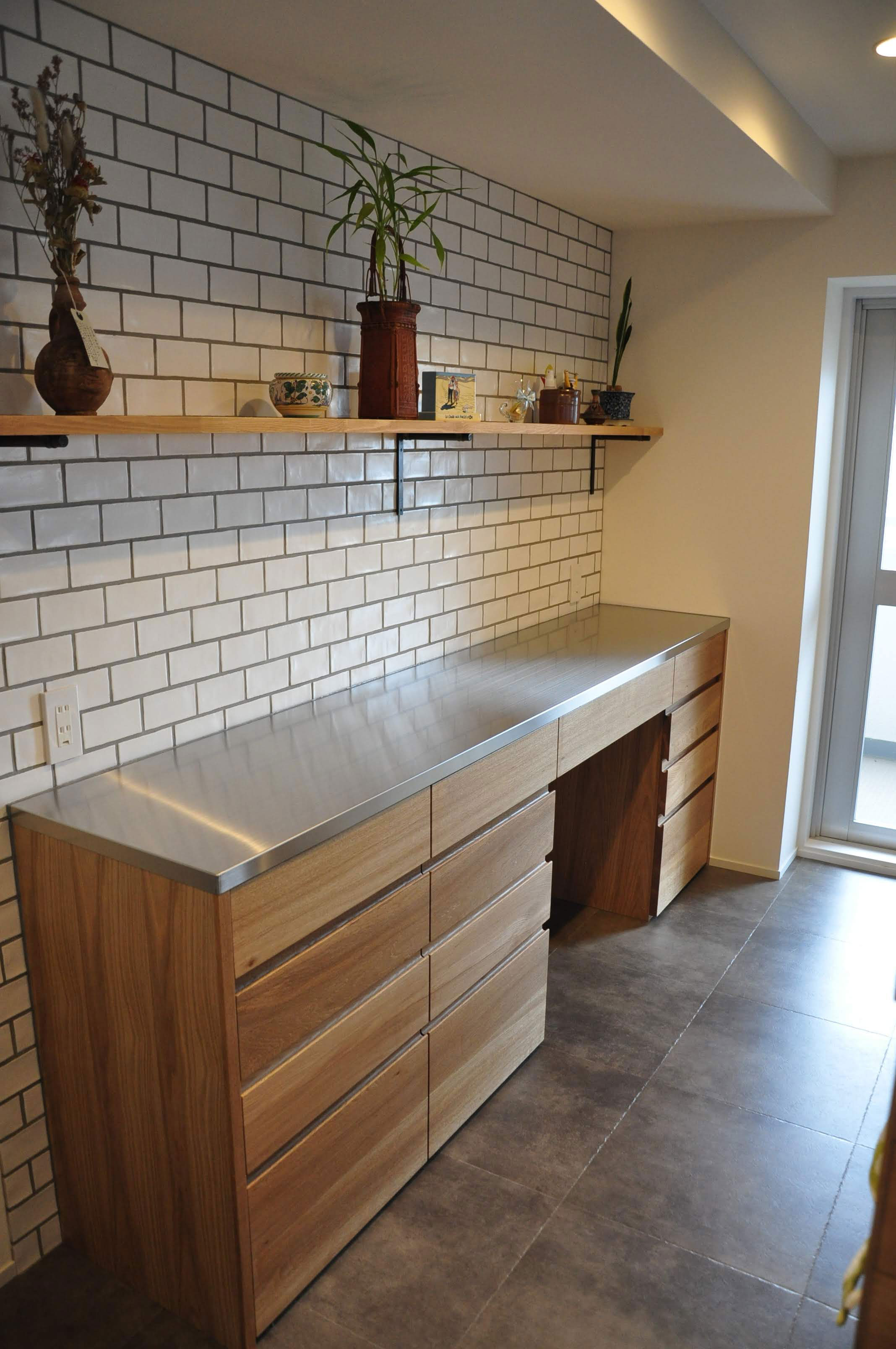 キッチンカウンターをおしゃれに壁と床のタイルで楽しむ 5060