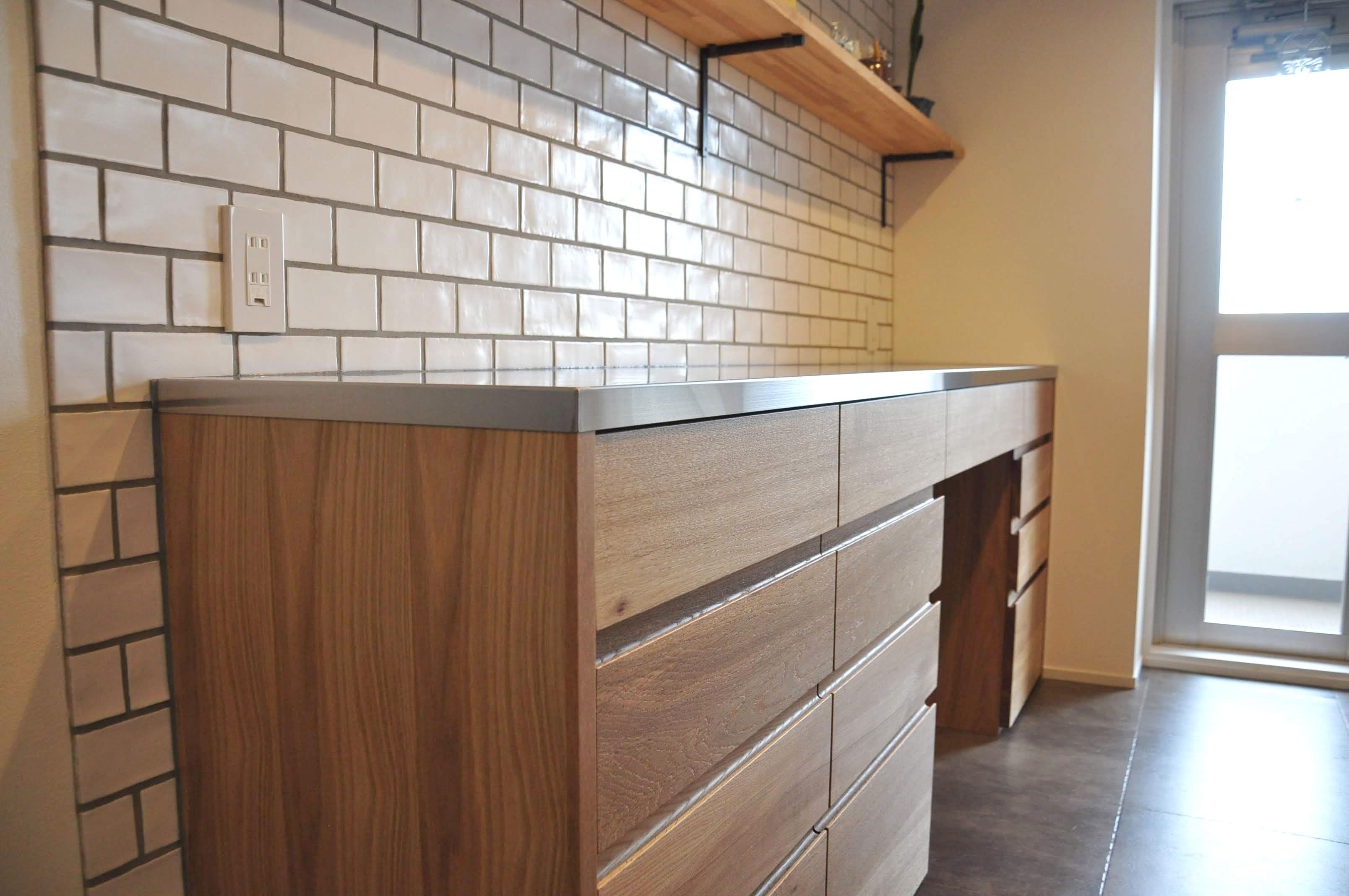 キッチンカウンターをおしゃれに壁と床のタイルで楽しむ 5060イメージ-2