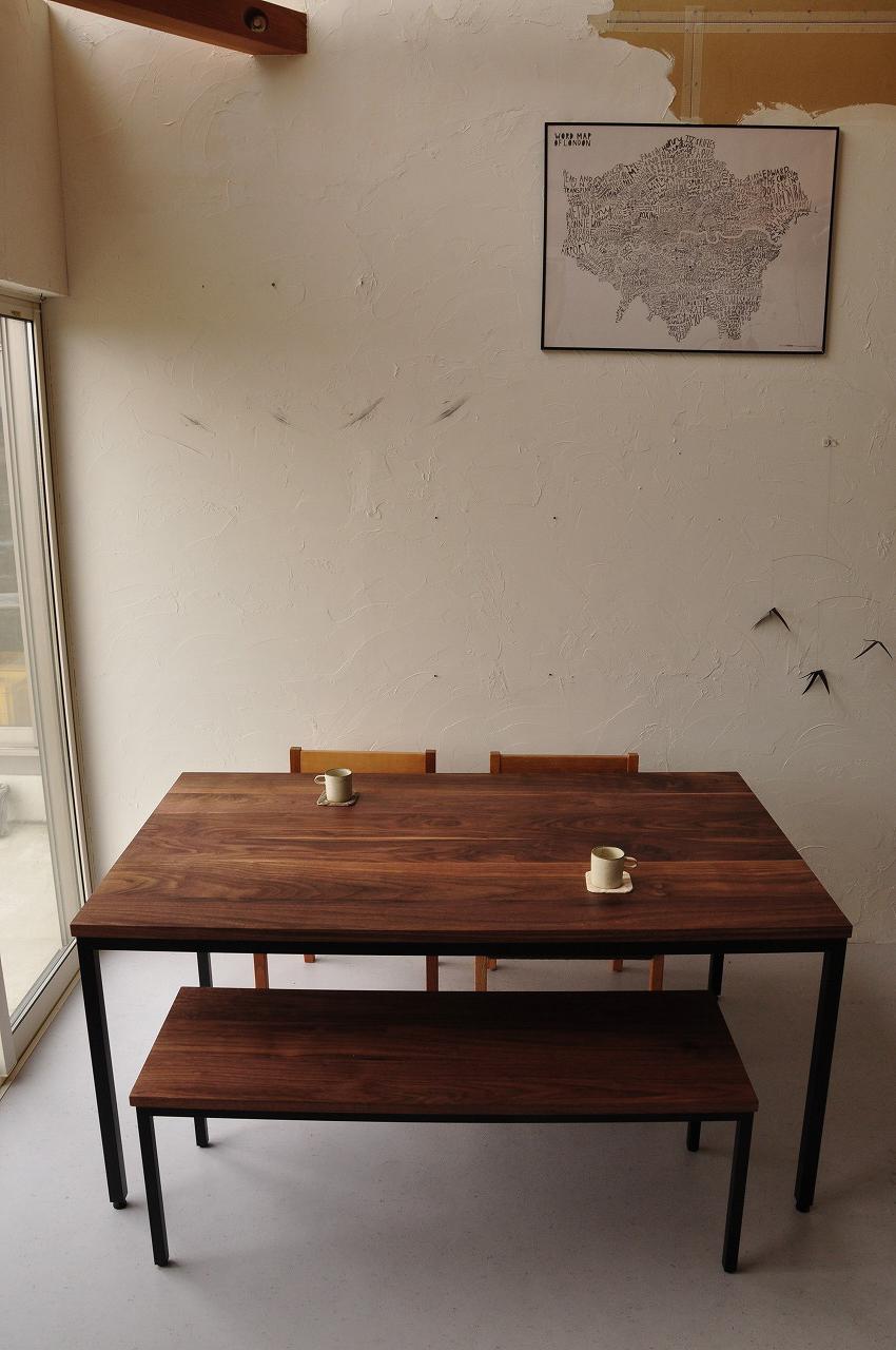 アイアン黒脚のダイニングテーブルセットをベンチで 3038