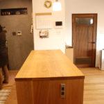 両面に棚がありテーブルと棚の一部の高さを揃えたアイランドキッチンシェルフ 楢無垢材天板 5063