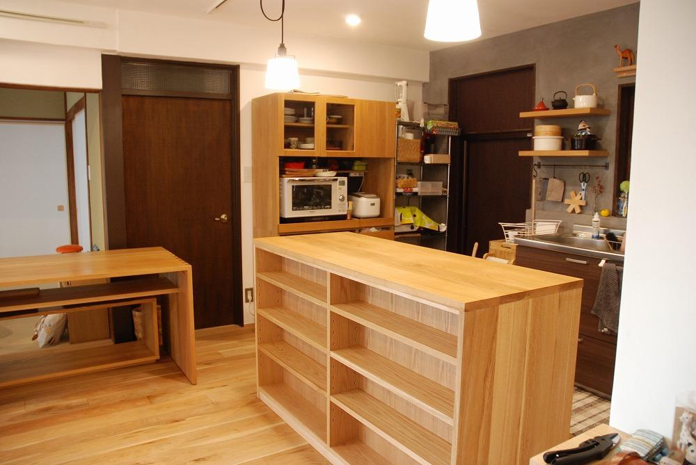 両面に棚がありテーブルと棚の一部の高さを揃えたアイランドキッチンシェルフ 楢無垢材天板 5063イメージ-2