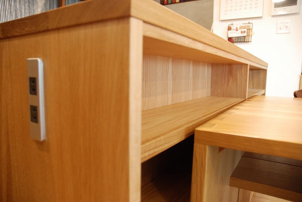 両面に棚がありテーブルと棚の一部の高さを揃えたアイランドキッチンシェルフ 楢無垢材天板 5063イメージ-4