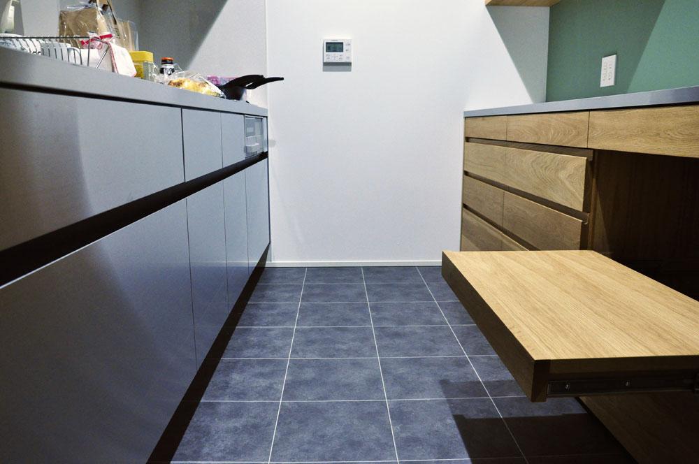 チェッカーガラスの引き戸の吊戸棚のあるキッチン背面収納 5076イメージ-5