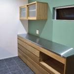 チェッカーガラスの引き戸の吊戸棚のあるキッチン背面収納 5076