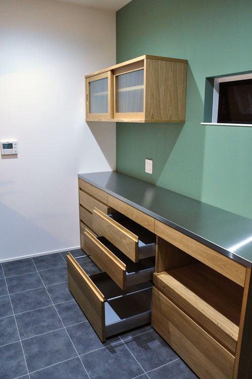 チェッカーガラスの引き戸の吊戸棚のあるキッチン背面収納 5076イメージ-4