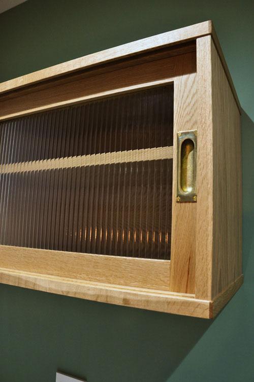 チェッカーガラスの引き戸の吊戸棚のあるキッチン背面収納 5076イメージ-3