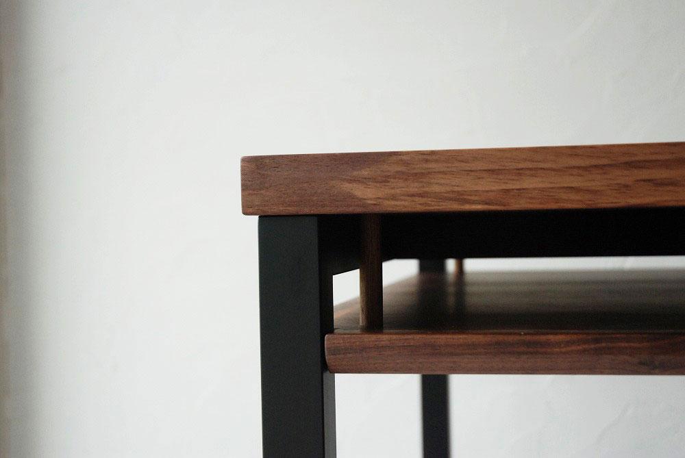 天板の下に棚のあるウォールナットのテーブル 3041