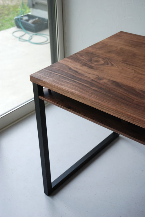天板の下に棚のあるウォールナットのテーブル 3041イメージ-1