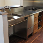 フレームキッチンに食洗機と引出し4段と調味料ワイヤーラックを追加。5077