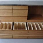 皿を縦置き収納できる、仕切板たくさんの引出しカップボード 5082
