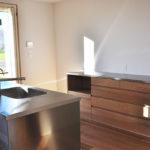 木と白の壁との相性もいいステンレス天板とオークのキッチンボード 5081