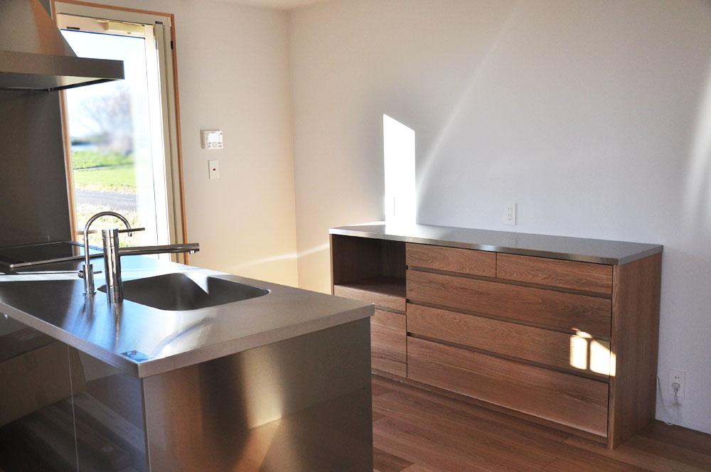 無印良品の家との相性もいいステンレス天板とオークのキッチンボード 5081