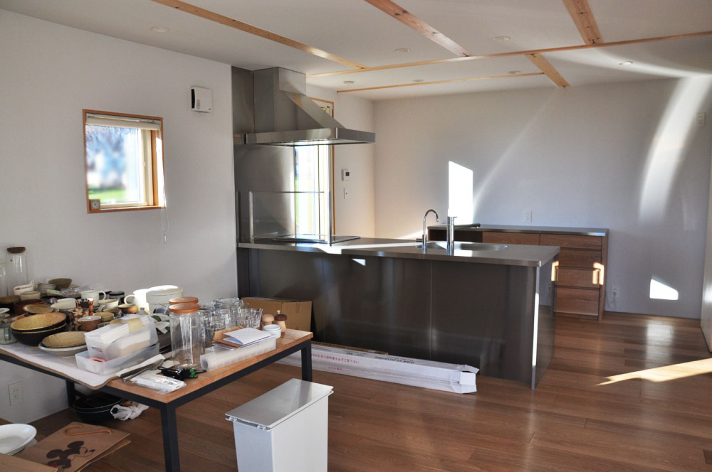 木と白の壁との相性もいいステンレス天板とオークのキッチンボード 5081イメージ-3