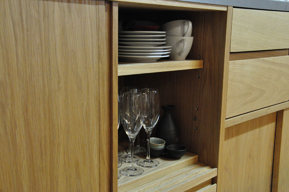 引き戸と引出しの3.5メートルあるオーク材のキッチン背面収納 5083イメージ-10