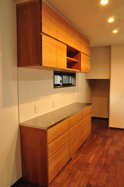 タッチレス水栓とビルトインオーブンのあるチェリーのキッチンと背面カップボードを合わせて 5086イメージ-9