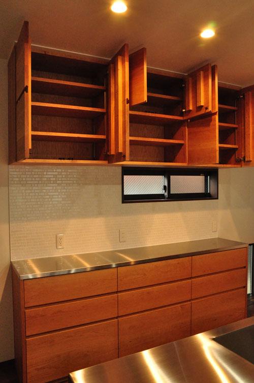 タッチレス水栓とビルトインオーブンのあるチェリーのキッチンと背面カップボードを合わせて 5086イメージ-7