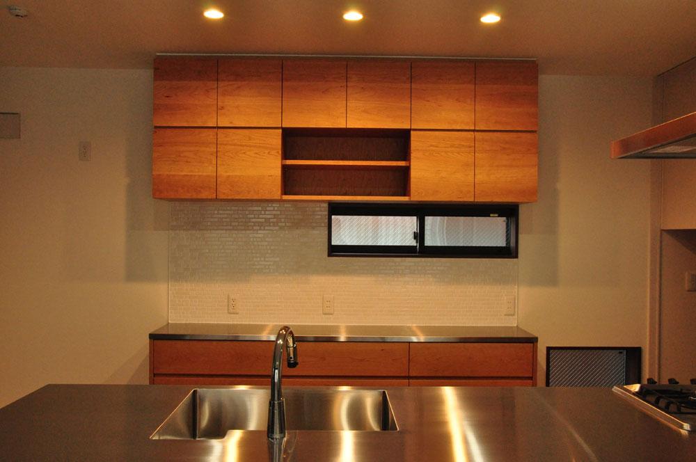 タッチレス水栓とビルトインオーブンのあるチェリーのキッチンと背面カップボードを合わせて 5086イメージ-6