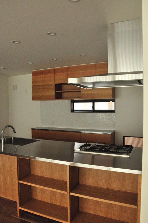 タッチレス水栓とビルトインオーブンのあるチェリーのキッチンと背面カップボードを合わせて 5086イメージ-1