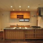 タッチレス水栓とビルトインオーブンのあるチェリーのキッチンと背面カップボードを合わせて 5086