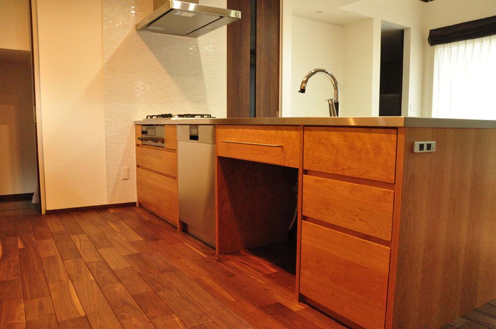 タッチレス水栓とビルトインオーブンのあるチェリーのキッチンと背面カップボードを合わせて 5086イメージ-2