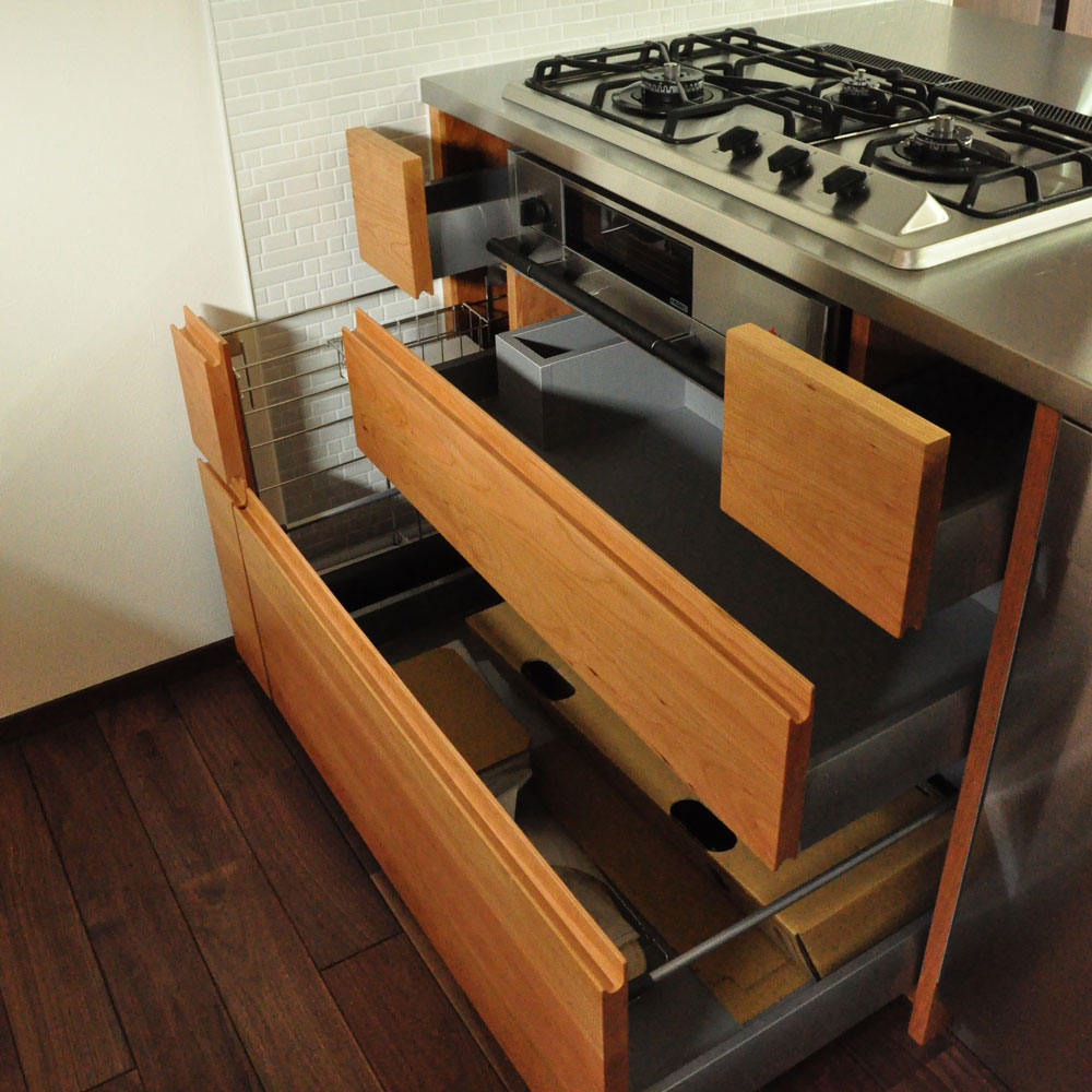 タッチレス水栓とビルトインオーブンのあるチェリーのキッチンと背面カップボードを合わせて 5086イメージ-4