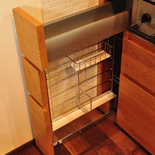 タッチレス水栓とビルトインオーブンのあるチェリーのキッチンと背面カップボードを合わせて 5086イメージ-3