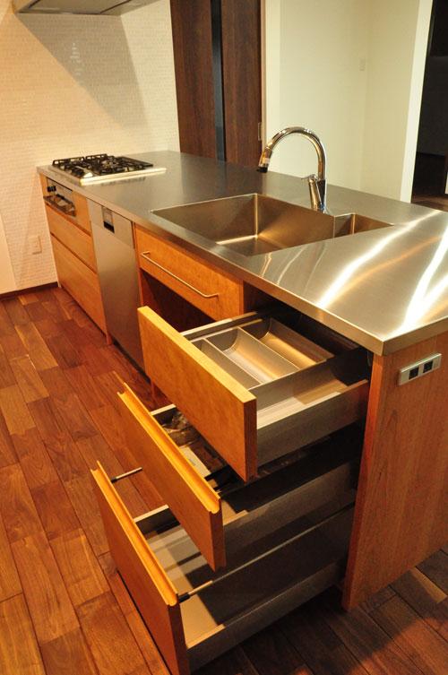 タッチレス水栓とビルトインオーブンのあるチェリーのキッチンと背面カップボードを合わせて 5086イメージ-5