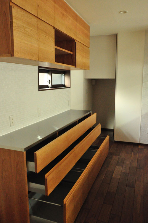 タッチレス水栓とビルトインオーブンのあるチェリーのキッチンと背面カップボードを合わせて 5086イメージ-8