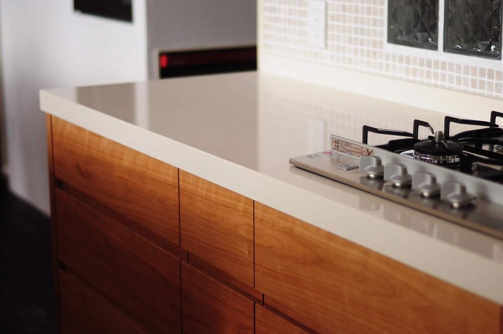 クォーツストーン天板の2型キッチン シンクとコンロをセパレート 5088イメージ-13