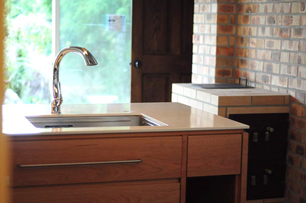 クォーツストーン天板の2型キッチン シンクとコンロをセパレート 5088イメージ-5