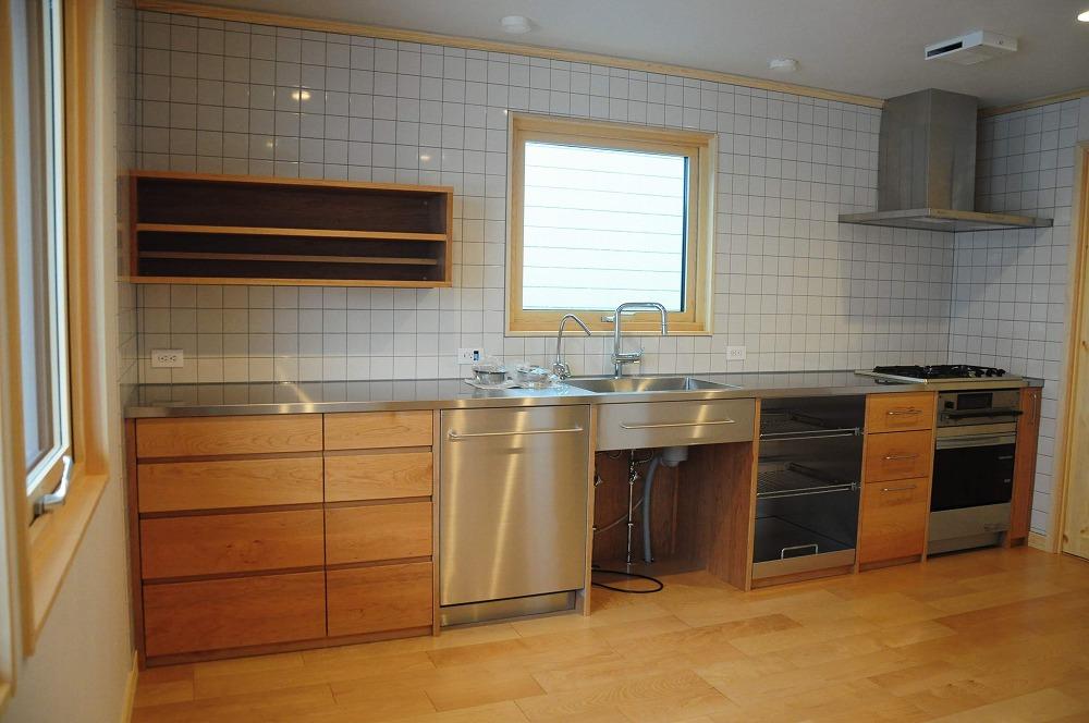 4m以上ある長いステンレスシンク一体天板とアスコ食洗機のあるキッチン 5096
