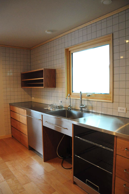 4m以上ある長いステンレスシンク一体天板とアスコ食洗機のあるキッチン 5096イメージ-1