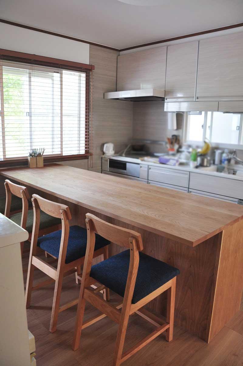 キッチンと同じW2550の作業台兼カウンター収納を無垢材天板で 5100イメージ-2
