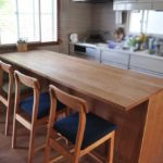 キッチンと同じW2550の作業台兼カウンター収納を無垢材天板で 5100