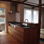 カウンターまでの長めのバッグガードを立ち上げたボッシュ食洗機のあるオークのキッチン 5101